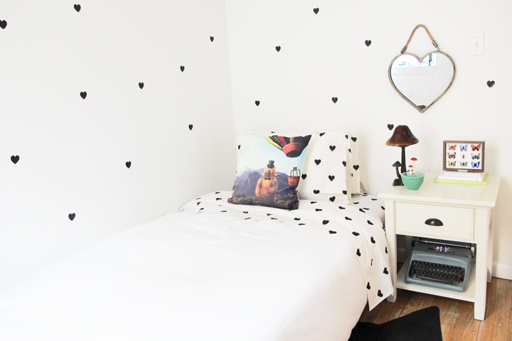 In Love With Sheets And Matching Walls In This Hearts-Patterned Room